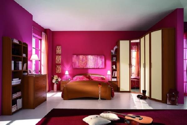 Обои цвета фуксии в спальне для молодожёнов