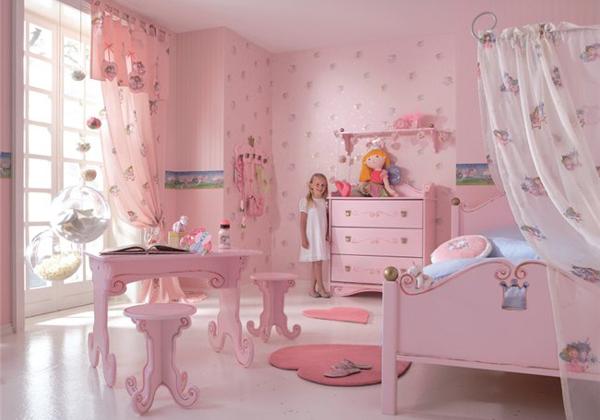 Обои в детскую для разнополых детей должны учитывать предпочтения и мальчика, и девочки – такая розовая гамма может вызвать негативную реакцию у мальчишки («F»)