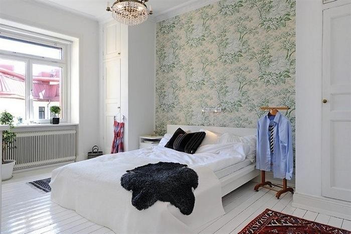Обособление спального места обоями с цветочным принтом