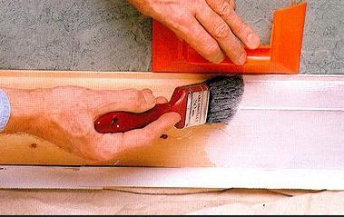 Обрабатывать поверхность лучше кистью с натуральным ворсом