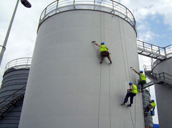 Обработка антикоррозийной краской резервуара для вязких нефтепродуктов.