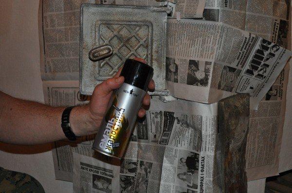 Обработка дверцы жаростойкой эмалью.