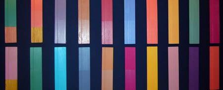 Образцы окрашенных в разные цвета дощечек