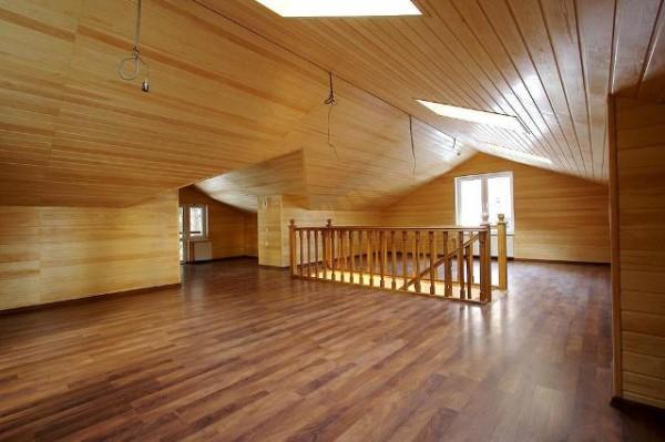 Обшивка деревянными элементами смотрится особенно эффектно на мансардных этажах