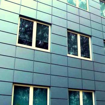 Обшивка фасада металлическими панелями с полимерным покрытием.