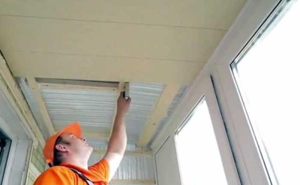 Обшивка ПВХ-панелями потолка с помощью степлера