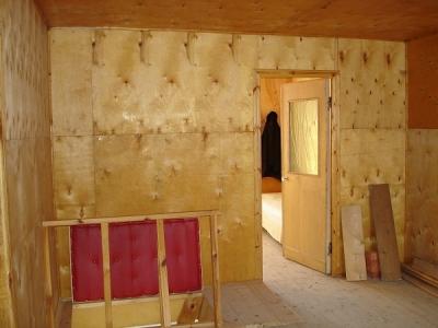 Обшивка стен фанерой производится достаточно быстро