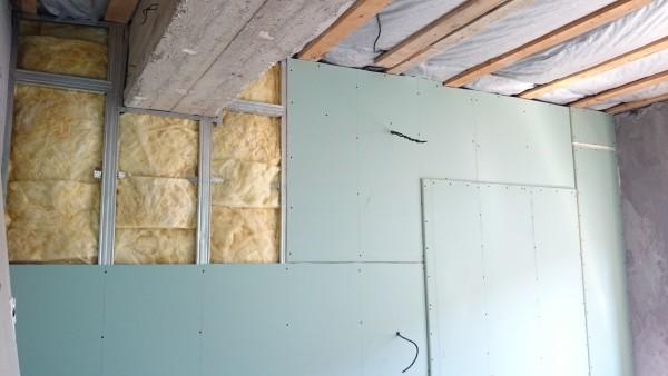 Обшивка стены в два слоя с утеплением.