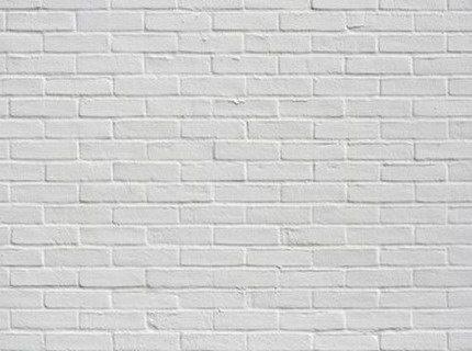 Очень часто побелка использовалась для покрытия кирпича, это не очень удобно – стена пачкается, поэтому окрашивание станет отличным вариантом