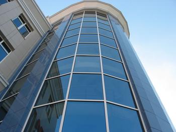 Очень элегантно смотрятся фасадные стеклянные панели.