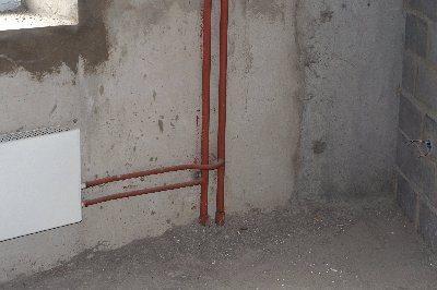 Очень полезно раскраской указывать трубу подачи воды и её отвода