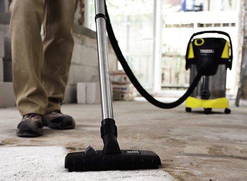 Очищение бетонного пола промышленным пылесосом