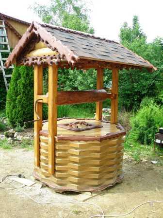 Один из вариантов готовой деревянной обшивки, которую монтируют прямо на колодец
