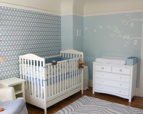 Однотонная стена в детской комнате