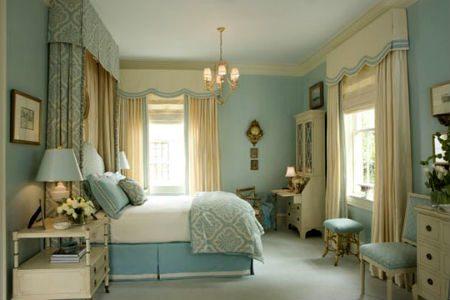 Одноцветные полотна в спальной комнате