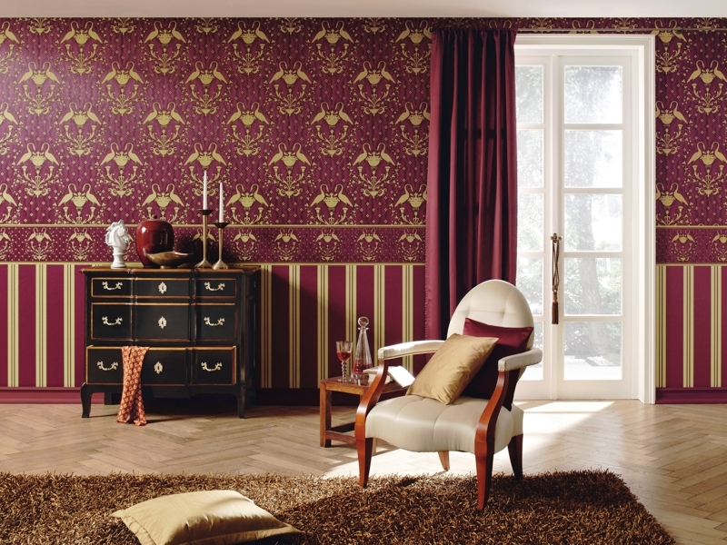 Оформление гостиной комнаты в классическом стиле с использованием сочетания обоев одного цвета, но с разным рисунком