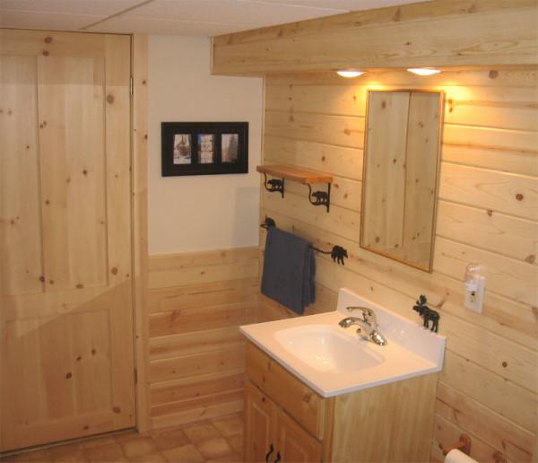 Оформление стен ванной комнаты панелями МДФ с имитацией натурального дерева.