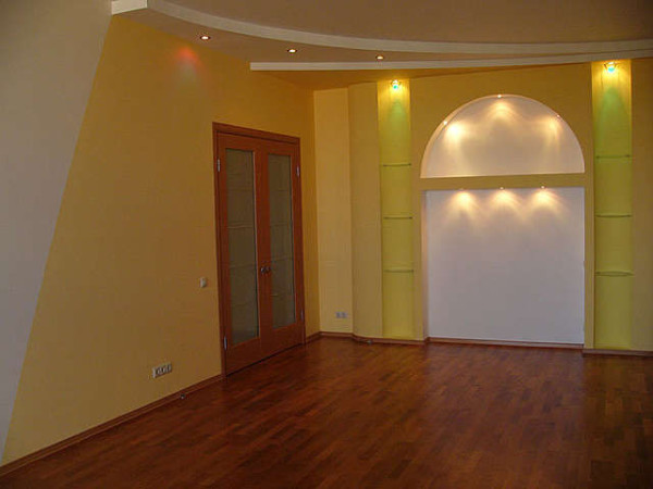 Оформление стены покраской - недорогой вариант отделки.