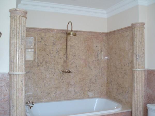 Оформление ванной комнаты природным мрамором.