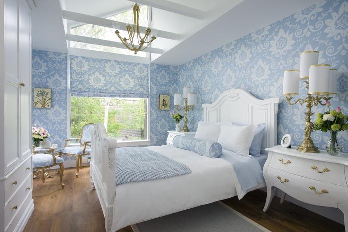 Оформленная в пастельных тонах спальня