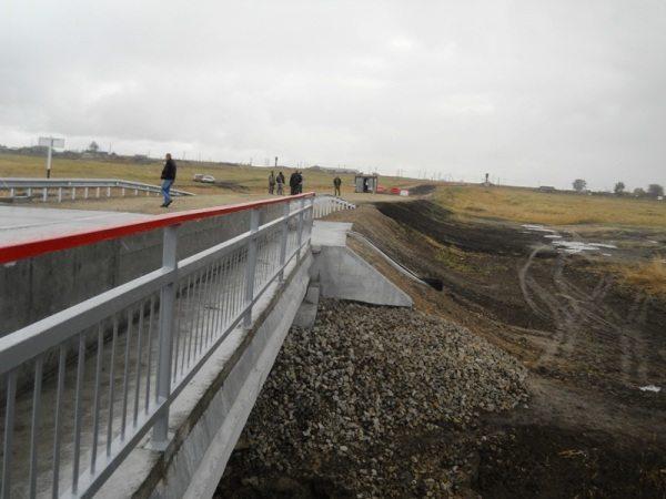 Ограждение моста защищено от атмосферных воздействий только грунтом.