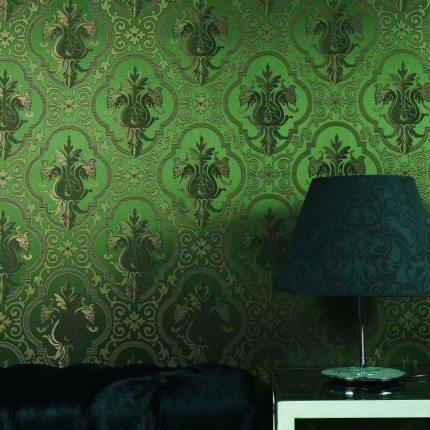 Оклеенная шелковыми полотнами стена