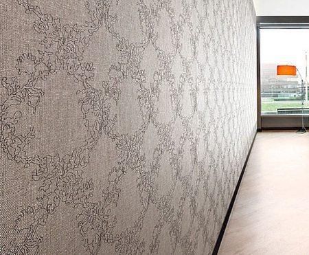 Оклеенная синтетическими текстильными полотнами стена