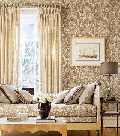 Оклеенная текстильными обоями комната