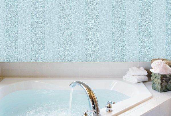 Оклеенные стеклообоями стены в ванной комнате