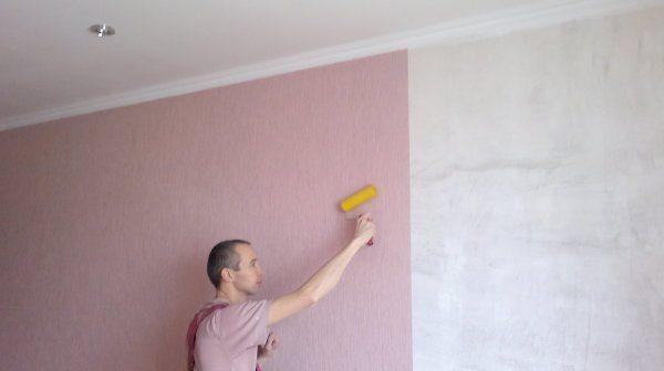 Оклеить стену стеклообоями сложнее, чем бумажными. Но зато и покрытие получается более долговечным
