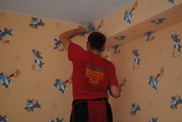 Оклеивание стен в детской комнате бесшовными обоями