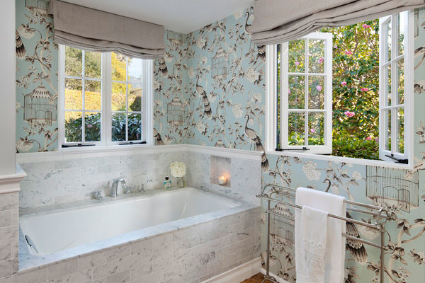 Оклейка ванной комнаты обоями – отнюдь не такая безумная идея, как может показаться на первый взгляд