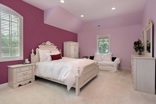 Окрашенные в два цвета стены спальни