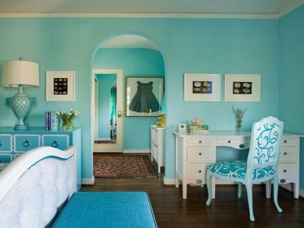 Окрашенные в голубой цвет стены