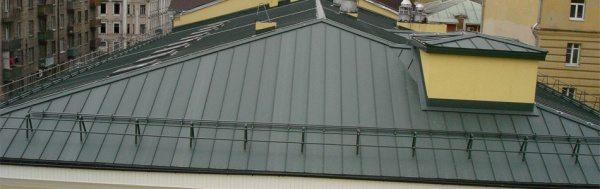 Окрашивание старой крыши буквально дает ей вторую жизнь