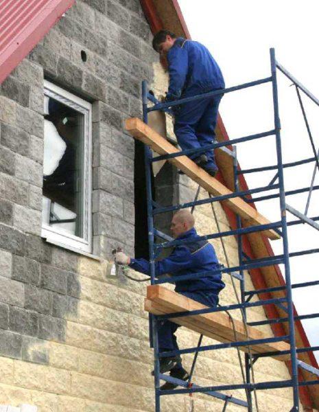 Окрашивание здания при помощи пульверизаторов