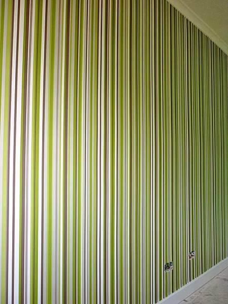Оригинальное дизайнерское решение с использованием вертикальных полос может создать эффект бамбуковой рощи