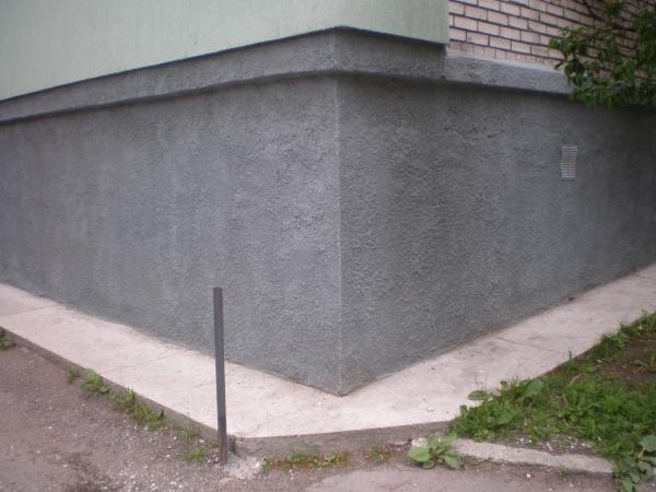 Оштукатуренная нижняя часть здания