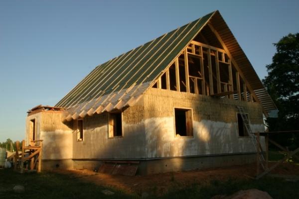 Оштукатуривание дома из самана в процессе строительства