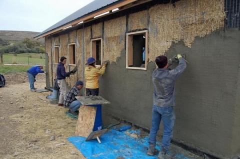 Оштукатуривание саманной стены