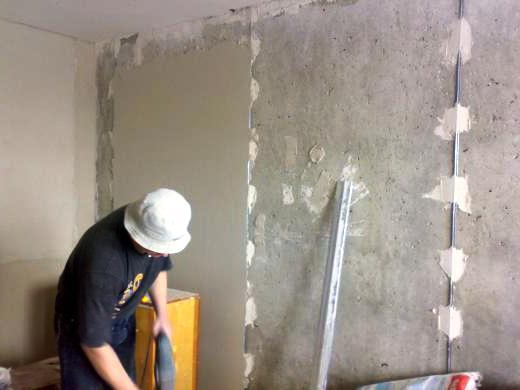 Оштукатуривание стены по маякам.
