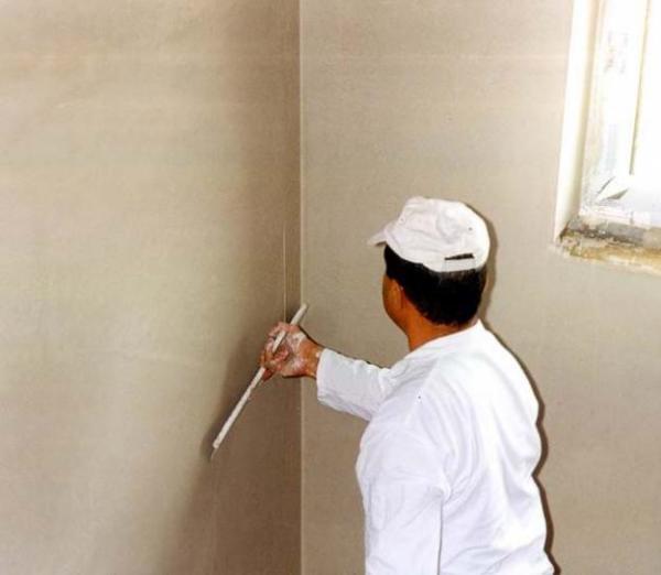 От качества поверхности зависит, сколько стоит заштукатурить стены.