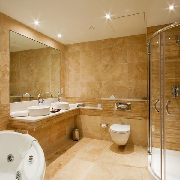 Отделанная агломератом ванная комната