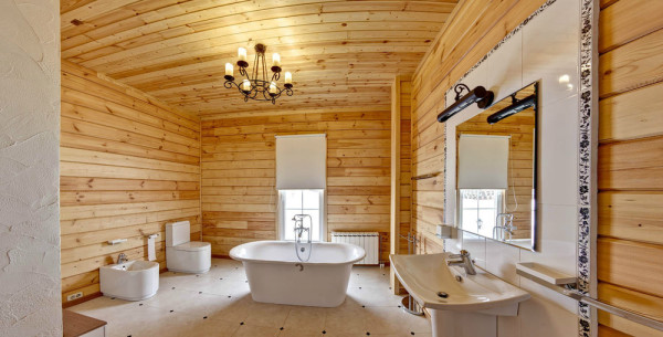Отделанная деревом ванная комната