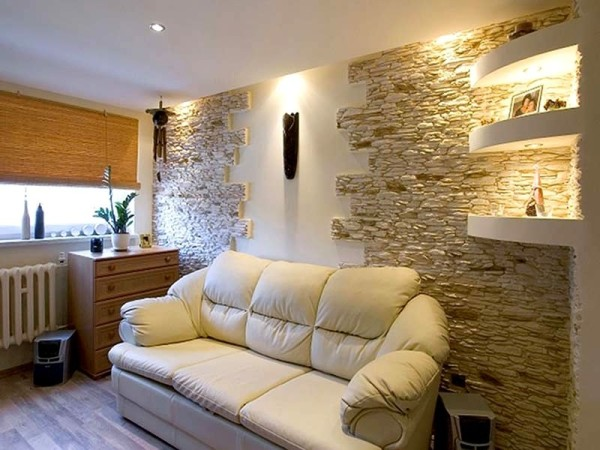 Отделанная камнем стена