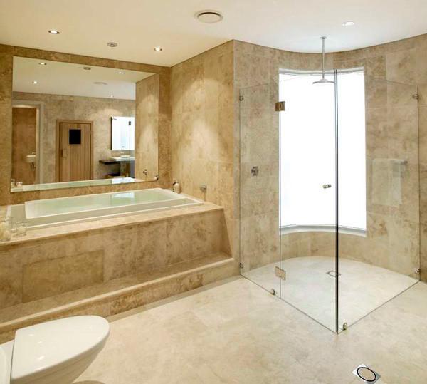 Отделанная мрамором ванная комната