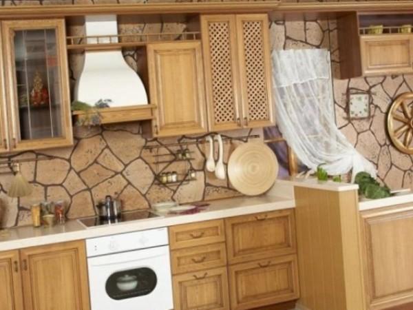 Отделанная песчаником стена на кухне