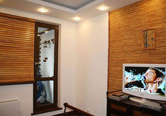 Отделанные бамбуковыми полотнами стены