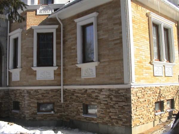 Отделанный декоративным камнем фасад