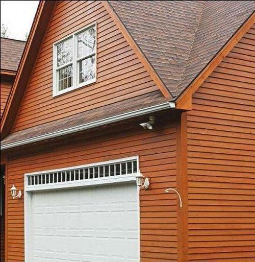 Отделанный деревянным сайдингом фасад